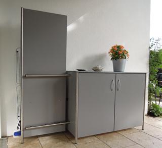 Terrassen-Sideboard mit Anbauwand für Aufhängesystem