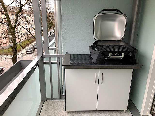 HPL-Grillschrank mit beweglicher Deckplatte.